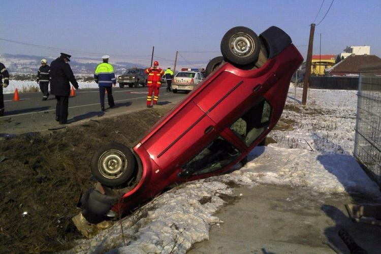 Accident la Iclod! Un autoturism in care se aflau doi pompieri a ajuns cu rotile in sus FOTO si VIDEO