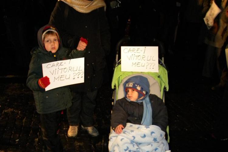 """Familia Mare a iesit la protest in Piata Unirii cu cei doi copii! """"Ce sa le spun cand vor fi mari? Ca munca cinstita nu e de ajuns?"""" FOTO"""
