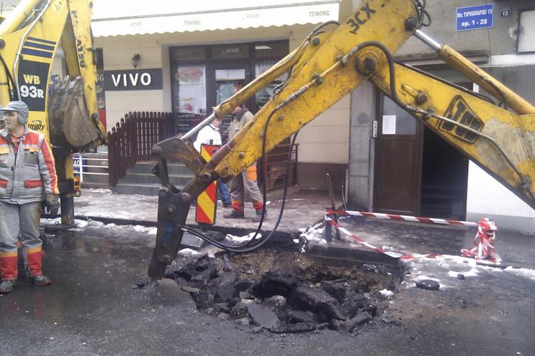 Strada asfaltata de curand, sparta de E-ON Gaz! Angajatii au devenit irascibili cand au fost filmati VIDEO si FOTO