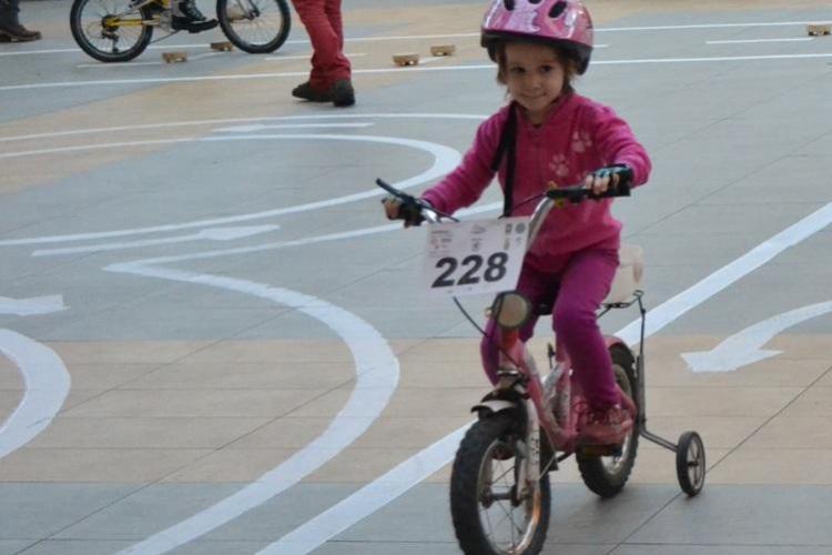 """La concursul """"Micul biciclist si siguranta lui"""" s-au intrecut 54 de copii"""