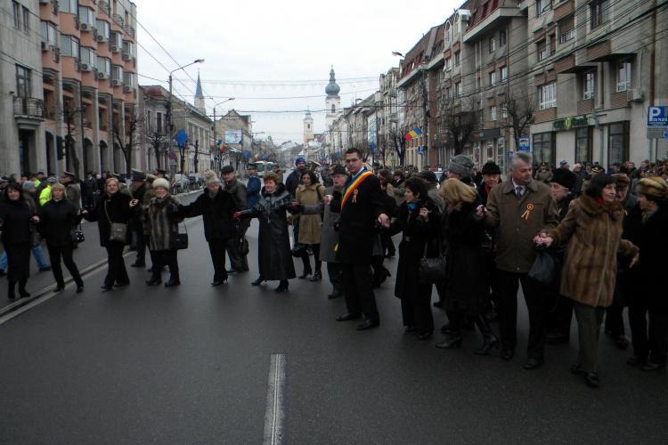 Hora Unirii la Cluj! PDL si USL s-au tinut de mana in fata Prefecturii VIDEO si FOTO