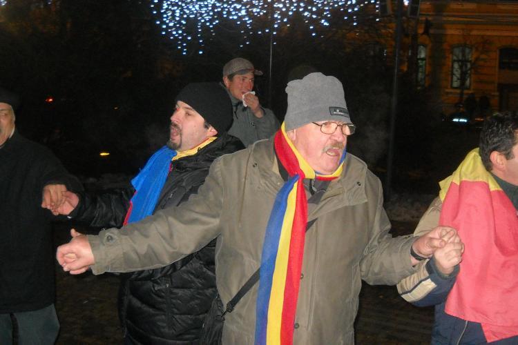 Manifestantii au jucat Hora Unirii in jurul statuii lui Avram Iancu VIDEO