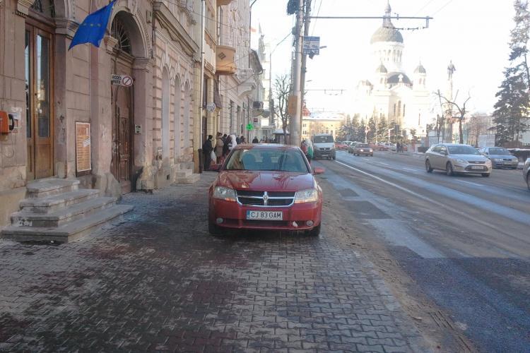 Smecher de Cluj! Si-a parcat masina in statia de autobuz, desi peste strada locurile de parcare erau goale STIREA CITITORULUI FOTO