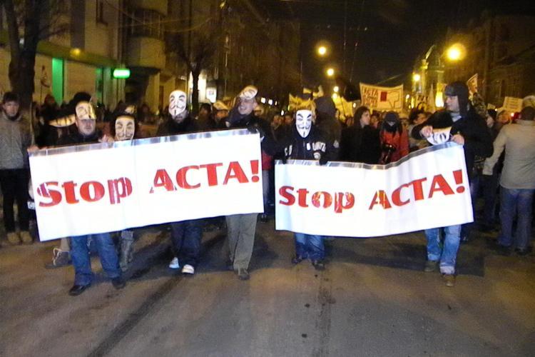 ACTA i-a scos pe clujeni in strada! 2.000 de oameni in mars prin Cluj-Napoca VIDEO si FOTO