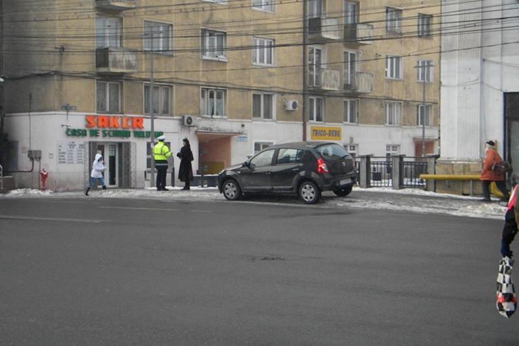 Sofer inconstient! Si-a parcat masina pe strada Cuza Voda. Agentii primariei i-au ridicat autoturismul FOTO