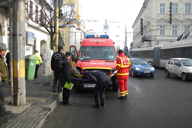 Ambulanta SMURD lovita intr-un accident in Cluj in fata Hotelului Melody ! Masina transporta un pacient la spital FOTO si VIDEO