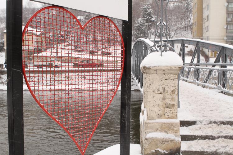 Casatorii de Ziua Indragostitilor la Cluj-Napoca si lacate agatate pe Podul Elisabeta