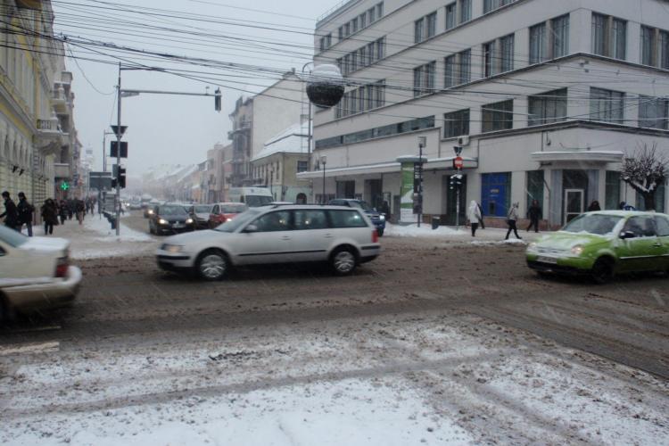 Clujul este inzapezit! Masinile circula prin centrul orasului bara la bara FOTO