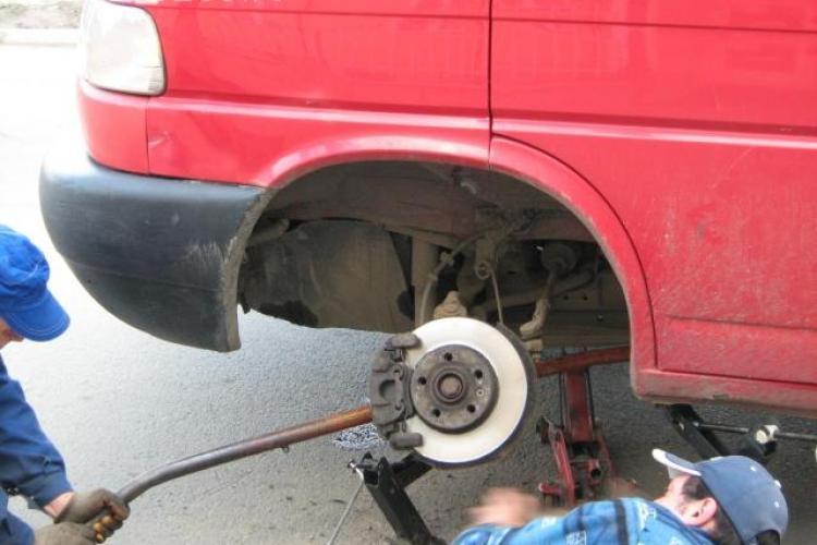 """Si-a """"rupt"""" masina intr-o groapa de pe DN 1, Oradea - Cluj-Napoca, si a castigat despagubiri de 2.000 de lei"""
