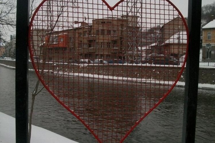 Lacatele iubirii lipsesc de pe inimioarele montate pe Podul Elisabeta FOTO