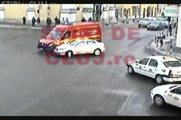 Accidentul cu ambulanta SMURD din fata hotelului Melody - IMAGINI CAMERE DE SUPRAVEGHERE VIDEO