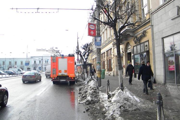 Pompierii clujeni au intervenit sa inlature turturi de un metru de pe o cladire din centrul Clujului FOTO