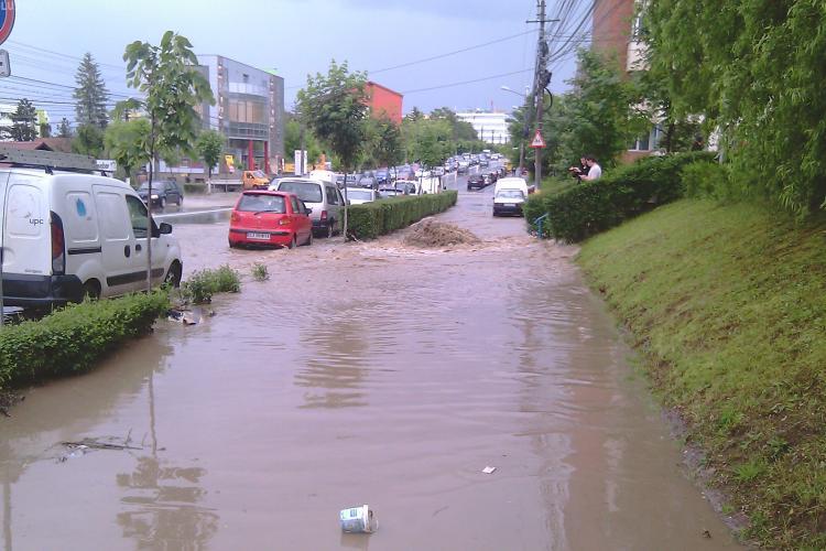 Justificari in urma inundatiilor de duminica din Cluj-Napoca: Canalizarea s-a infundat din cauza santierelor si a materialelor antiderapante - VIDEO