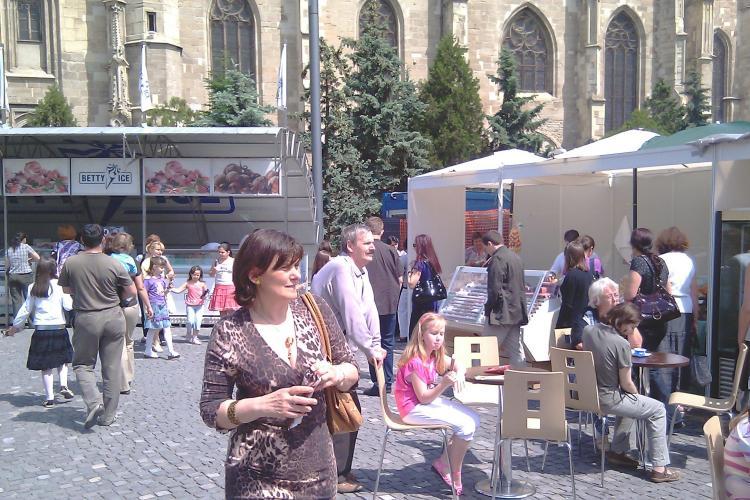 Oana Boc, sotia premierului, a vizitat standurile de la Festivalul de Inghetata din Piata Unirii si a gustat dintr-o inghetata cu capsuni - VIDEO
