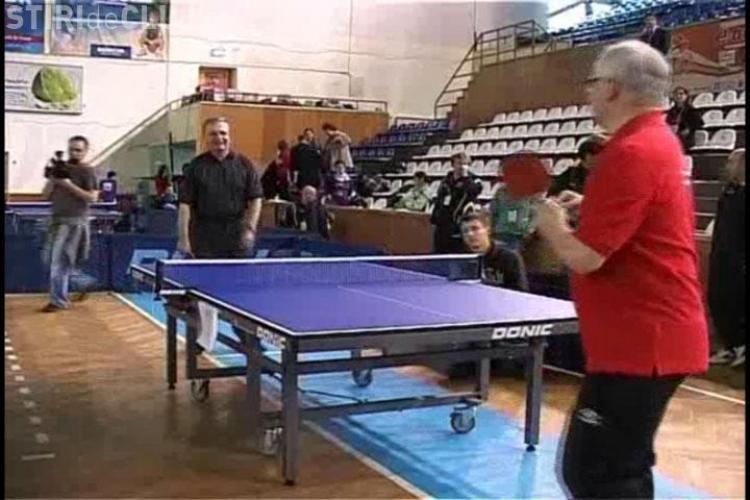 Meci de tenis la nivel inalt! Fostul negociator sef al Romaniei cu UE si ambasadorul Marii Britanii au jucat ping-pong la Cluj!- VIDEO