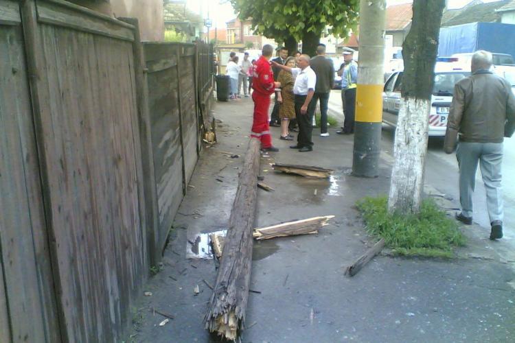 Accident pe strada Traian Vuia: O femeie s-a izbit cu masina de un stalp de telefonie si l-a doborat- Galerie FOTO
