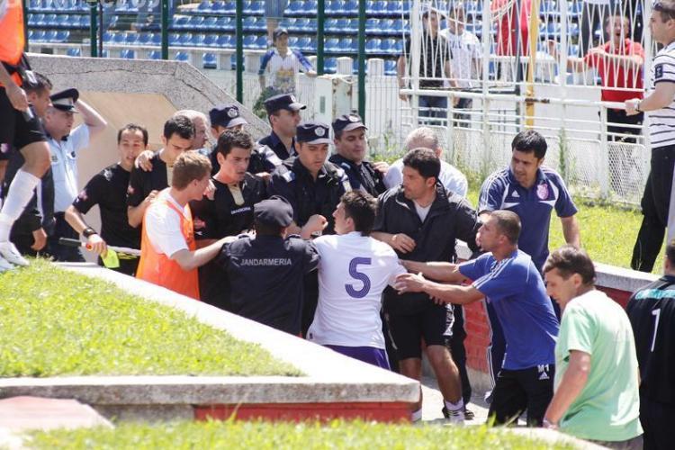 VIDEO - Suporterii au invadat terenul la meciul FC Arges - Universitatea Cluj! Fanii au vrut sa il bata pe arbitru - Galerie FOTO