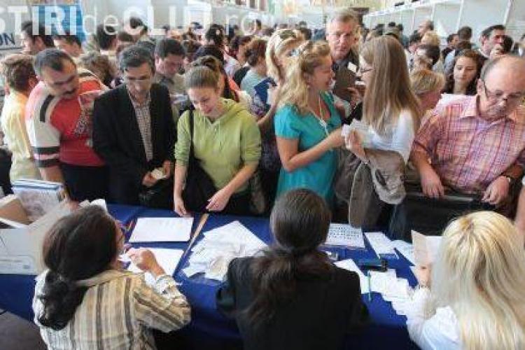 Medicii sunt momiti in Occident cu salarii ce ajung pana la 10.000 de euro. Doua targuri de job -uri se deruleaza in paralel la Cluj- VIDEO