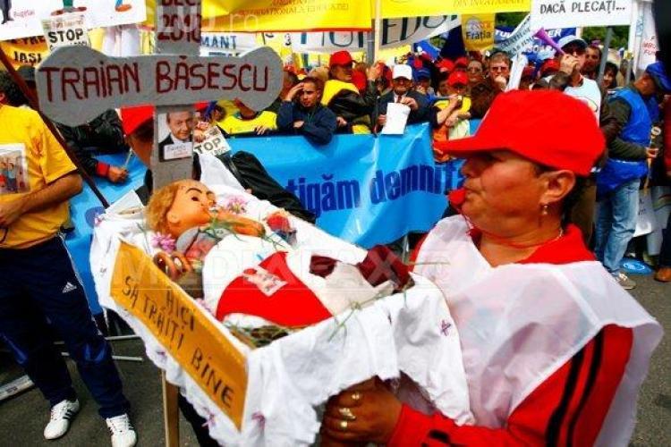 """VIDEO- Zeci  de mii de oameni au protestat azi in Piata Victoriei! Ei le-au dat """"de mancare"""" guvernantilor si i-au facut cosciug lui Basescu!"""