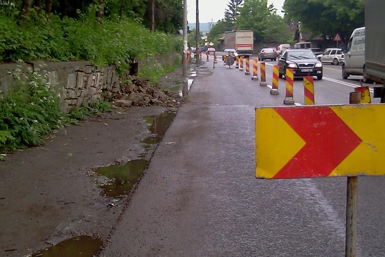 VIDEO- O alunecare de teren pe 400 m ingreuneaza traficul pe DN 1C Cluj-Napoca -Dej