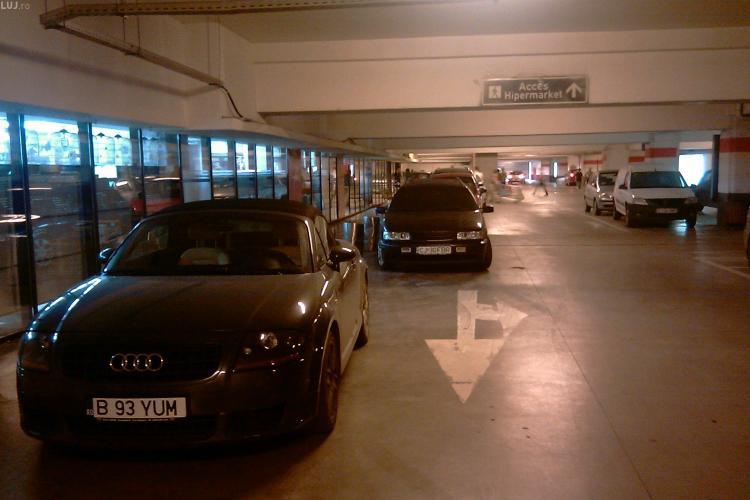 """Smecheri de Mall. Chiar daca parcarea de la Iulius Mall era pe jumatate goala, soferii """"comozi"""" parcheaza in usa hipermarketului - FOTO"""