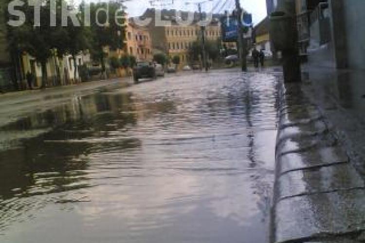 VIDEO- Bulevardul Eroilor din centrul Clujului a fost acoperit de apa. Trecatorii s-au descaltat ca sa poata trece