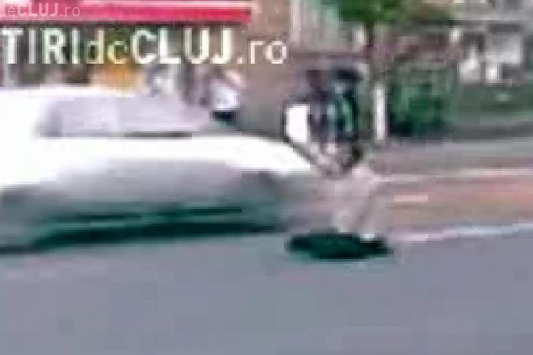 "VIDEO - Protest inedit in statia de autobuz de  la Regionala CFR. Un clujean s-a pus in genunchi in plin trafic si a ""cersit"" ajutorul soferilor"