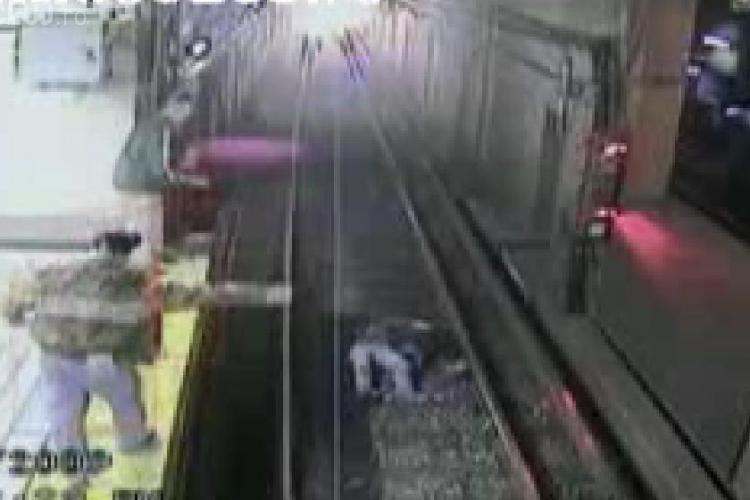 O femeie  a cazut intre sinele de metrou chiar inainte sosirea acestuia si a scapat nevatamata- VIDEO