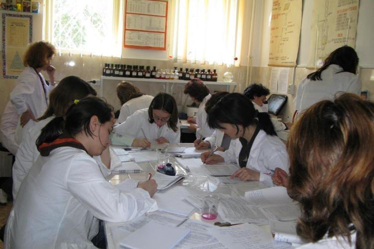 Studentii farmacisti din cadrul UMF Cluj-Napoca protesteaza fata de reducerea subventiilor pentru cazare, masa si burse