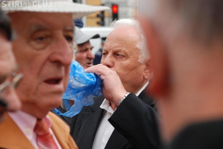 Protest spontan al pensionarilor in fata Prefecturii Cluj