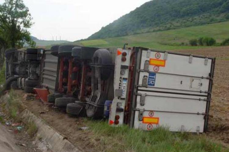 Trafic blocat pe Drumul National 1 intre Cluj-Napoca si Oradea din cauza unui TIR rasturnat