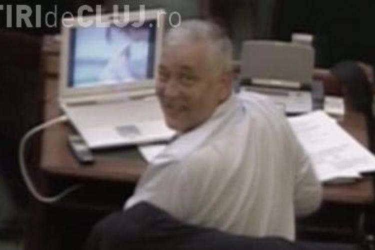 VIDEO - Senatorul PNL Cluj Marius Nicoara viziona un film porno in timpul dezbaterii legii pensiilor