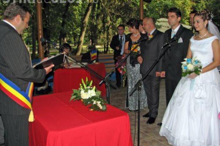 Primaria reia oficierea casatoriilor in Foisorul din Parcul Central si le ofera tinerilor care isi unesc destinele cate o sticla de vin