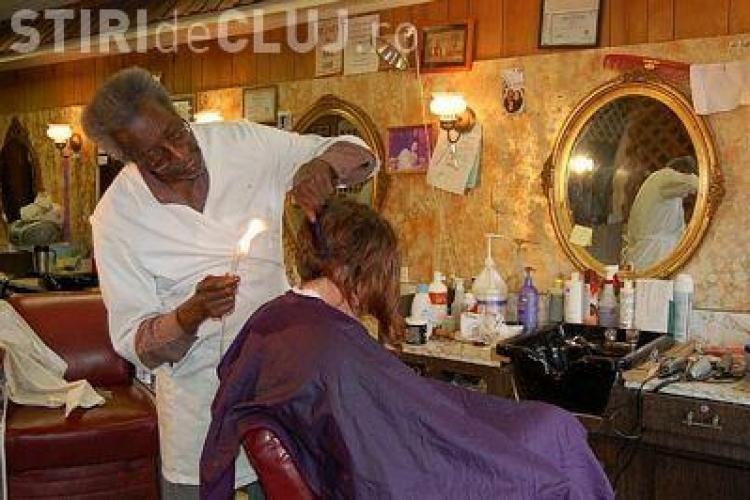 Un frizer sicilian tunde cu ... flacara - FOTO