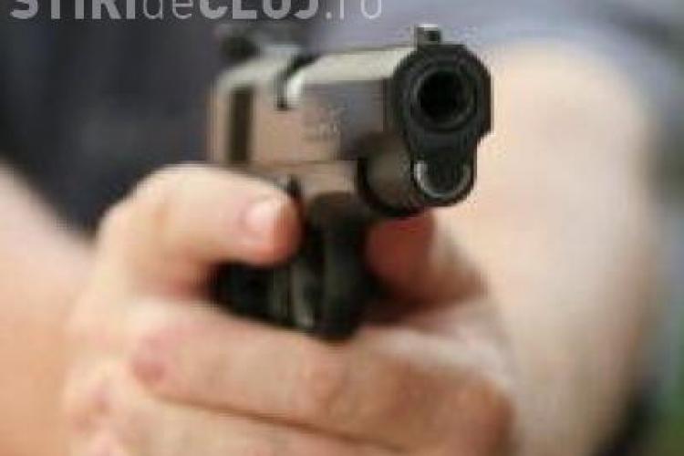 Un barbat care a comis o talharie in Manastur a fost impuscat azi noapte de politisti. Au tras de mai multe ori in aer, dar suspectul nu s-a oprit