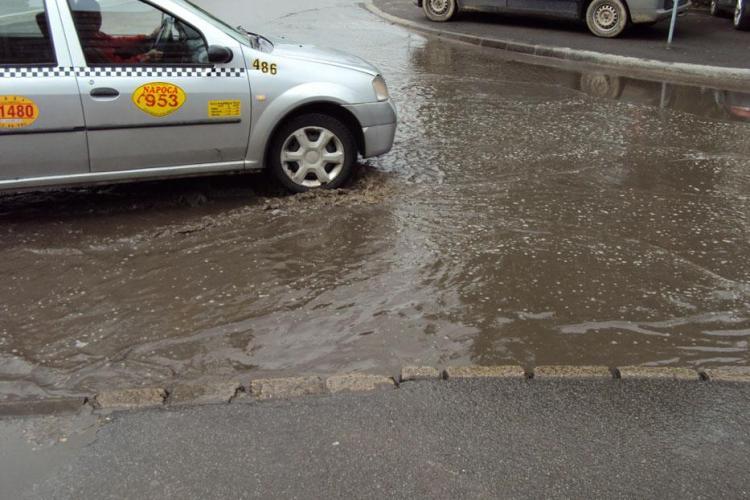 Strazile Clujului se umplu de balti dupa fiecare ploaie, desi unele au fost recent reabilitate! - Galerie FOTO