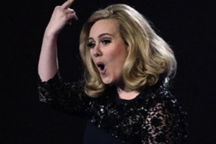 Adele a facut semne obscene la Brit Awards, nemultumita ca a fost intrerupta