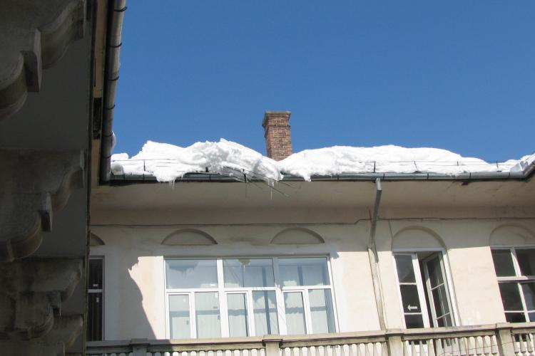 Pericolul de moarte ne pandeste de pe acoperisul PDL Cluj! STIREA CITITORULUI FOTO