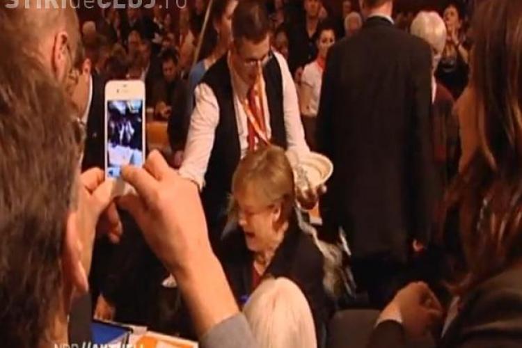 Un chelner i-a turnat bere in cap cancelarul german Angela Merkel VIDEO