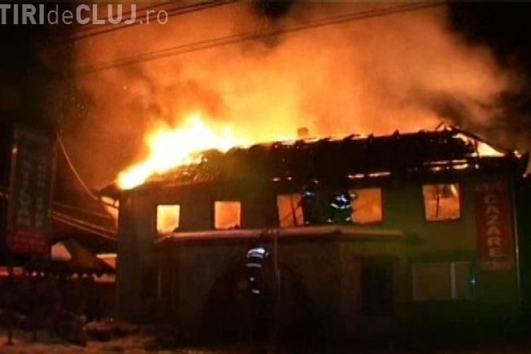 Incendiu la Dej! O pensiune a fost distrusa de flacari. Doi turisti bulgari au fost evacuati VIDEO