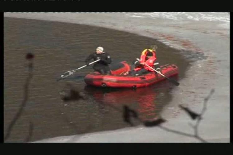 Barbatul disparut la Tarnita cu cei doi copii s-ar fi dus pe gheata de pe lac pana cand s-a rupt VIDEO