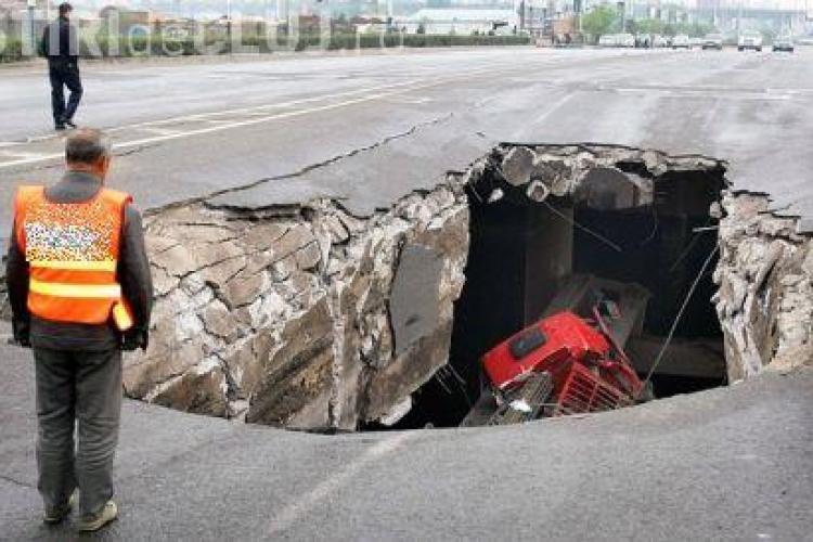 """O groapa de 5 metri pe o sosea din Valcea a """"inghitit"""" o masina"""