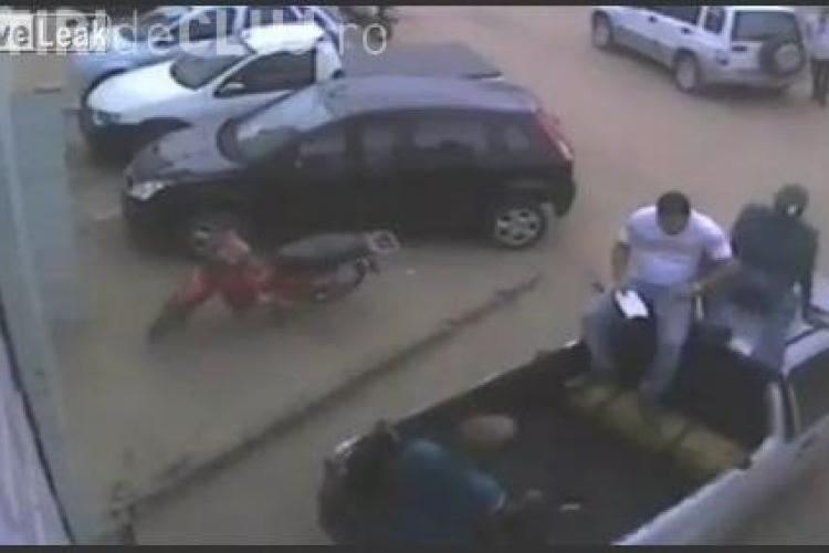 Doi barbati au fost atacati de un pitbull VIDEO