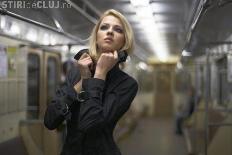 A pozat nud in metrou, cu alti calatori langa ea! Vezi cum a reactionat lumea FOTO