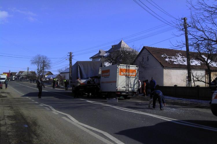 "Accident la Cuzdrioara. O autoutilitara s-a ""infipt"" intr-un camion FOTO"