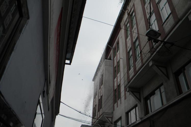 Avalansa de zapada de pe o cladire din centrul Clujului! Soferii si-au mutat panicati masinile VIDEO si FOTO