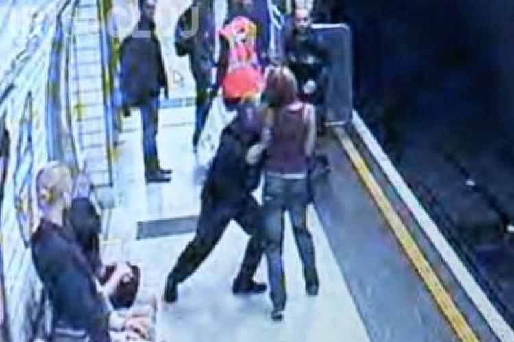 Femeie impinsa pe linia de metrou de un nebun! VIDEO