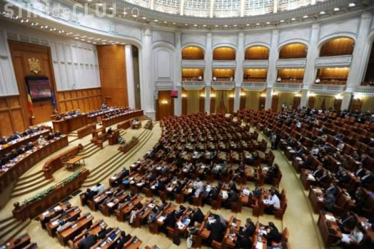 "Basescu, huiduit in Parlament. Oamenii au strigat de la balcoane: ""Demisia!"""