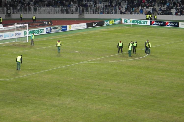 Gazonul de pe Cluj Arena s-a rupt si a fost batatorit de muncitori la pauza FOTO