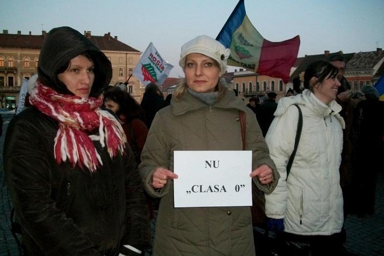 Numai 10 parinti clujeni au protestat in Piata Unirii, impotriva clasei pregatitoare FOTO